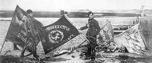 Польские солдаты демонстрируют знамена РККА, захваченные в битве под Варшавой