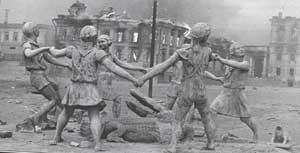 Чудом уцелевший после авианалёта 23 августа 1942 г. фонтан «Бармалей»