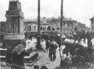 Строительство баррикад в Петрограде во время наступления Юденича