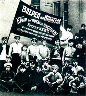 Отряд комсомольцев-добровольцев перед отправкой на фронт.