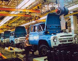 Главный конвейер Московского автомобильного завода имени И. Л. Лихачёва. 1979 г.