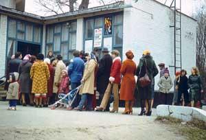 Советская мода в 1981 году (очередь в кассы кинотеатра)
