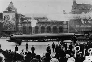 Советская ядерная баллистическая ракета Р-12 на военном параде на Красной площади. 1950-е гг.