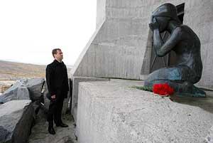 Дмитрий Медведев у монумента «Маска скорби», Магадан