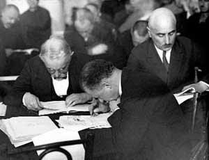 Подсудимые на «Шахтинском процессе» знакомятся с документами обвинения. Май 1928 г.