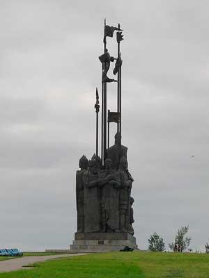 Памятник дружинам А. Невского (вид сзади)