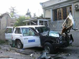 Повреждённый автомобиль у здания миссии ОБСЕ в Цхинвале. Фото сделано Яной Амелиной 10 августа.