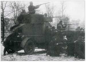 Историческая фотография П. А. Оцупа. Броневик «Лейтенант Шмидт», захваченный красногвардейцами у юнкеров. Петроград, 25 октября 1917