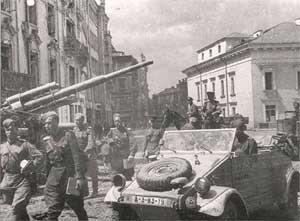 Советские солдаты в Вильнюсе. Автомобиль — трофейный Kfz85
