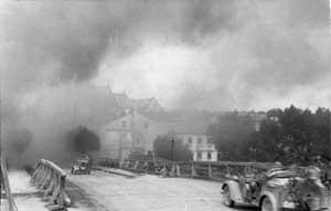 Немецкий военный автомобиль пересекает мост в Гродно в последние дни перед падением города