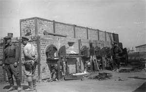 Советские военнослужащие в ликвидированном концлагере Майданек