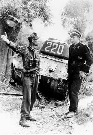 Офицеры дивизии СС «Мертвая голова» на фоне подбитого танка Т-34