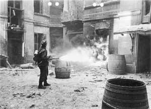 Немецкий военнослужащий стреляет из огнемета во время Варшавского восстания