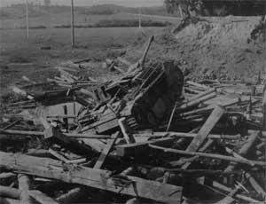 Самоходная установка StuG, атакованная штурмовиком Ил-2 на реке Бася при проходе по мосту. Покрытие моста разрушено, самоходка осталась висеть на сваях