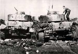 Советский солдат осматривает подбитые танки Pz-4 20-й танковой дивизии в окрестностях Бобруйска. Тела на переднем плане свидетельствуют о мрачной судьбе экипажей.