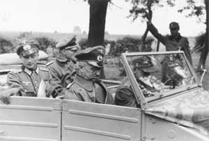 Командующий группой армий «Центр» фельдмаршал В. Модель (рядом с водителем)