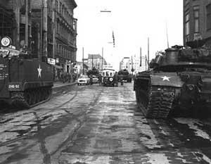 Советские и американские танки друг напротив друга. Берлин, 27 октября 1961 года.