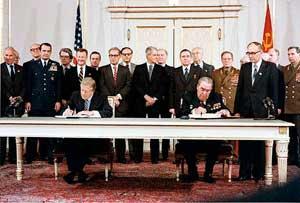 Джимми Картер и Леонид Ильич Брежнев подписывают договор ОСВ-2. Вена, 18 июня 1979 года.