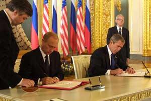 Владимир Путин и Джордж Буш подписывают Договор о сокращении наступательных потенциалов (СНП)