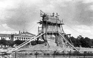 Памятник Петру I в защитном устройстве на площади Декабристов, август 1941 г.