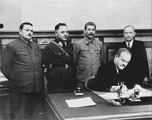 В. Молотов подписывает договор между СССР и Терийокским правительством. Стоят: А. Жданов, К. Ворошилов, И. Сталин, О. Куусинен.