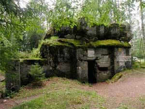 ДОТ Sk16 — один из наиболее известных «дотов-миллионников» УРа Сумма-Ляхде (бетонная плита упала на крышу при взрыве дота после войны).