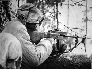 Финский солдат с пулемётом Lahti-Saloranta M-26
