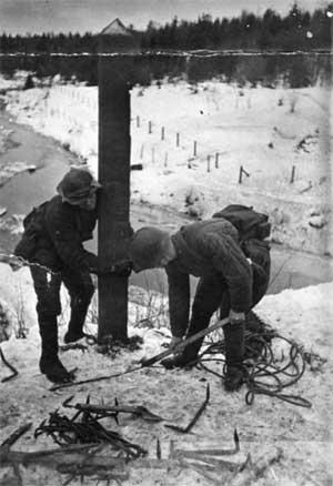 Советские солдаты выкапывают столб на погранзаставе Майнила, 30.11.1939