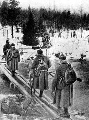 Советские пехотинцы переходят реку Раяйоки в Карелии, 30.11.1939