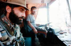 Шамиль Басаев в автобусе с заложниками