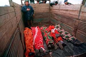 Чеченцы рядом с телами погибших, завёрнутыми в одеяла (сражение за Грозный, январь 1995).