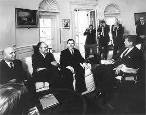 Громыко и Добрынин на приеме у Кеннеди уверяют его, что на Кубе нет наступательного оружия СССР