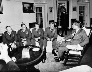Джон Кеннеди на совещании с командующим ВВС США